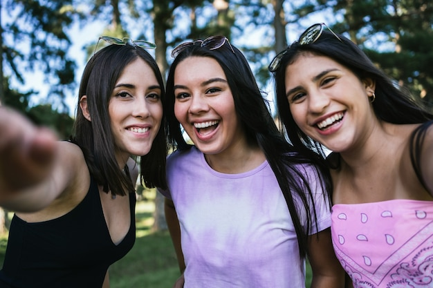 Portrait d'un groupe d'amis souriants en plein air.