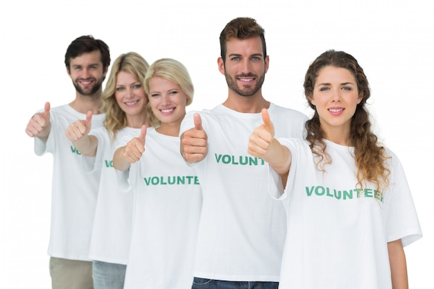 Portrait de groupe de bénévoles heureux gesticulant pouce en l'air
