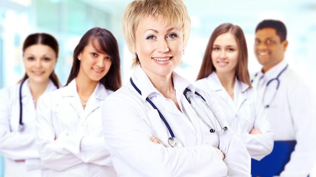 Portrait d'un groupe de collègues hospitaliers souriants se tenant ensemble