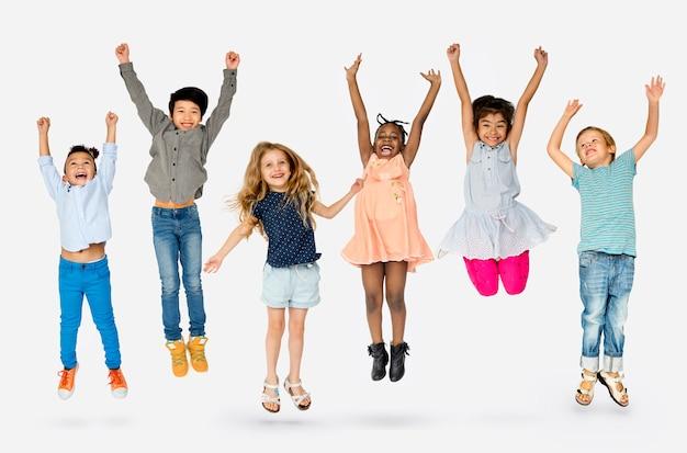 Portrait de groupe d'enfants heureux en studio