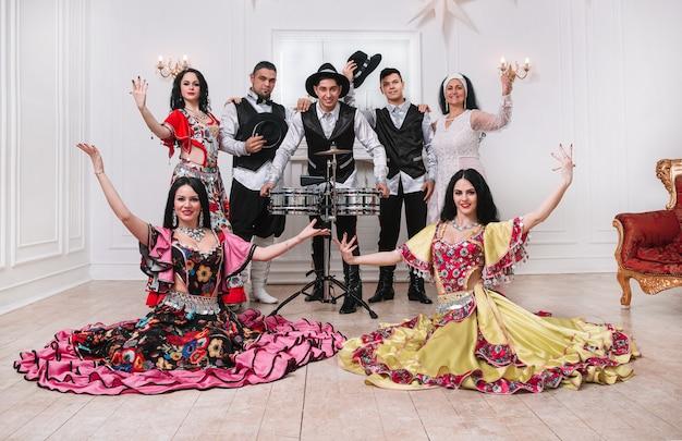 Portrait de groupe d'ensemble de chants et de danses folkloriques. tradition folklorique