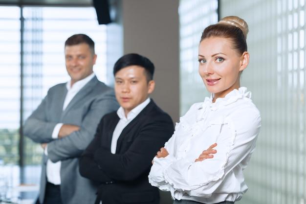 Portrait de groupe d'une équipe de professionnels travaillant pour la caméra en toute confiance