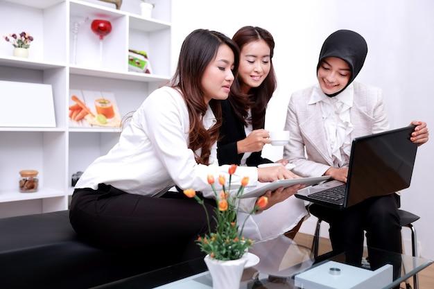 Portrait d'un groupe de femmes d'affaires au bureau