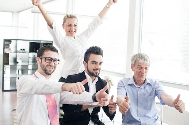 Portrait de groupe d'hommes d'affaires et de cadres