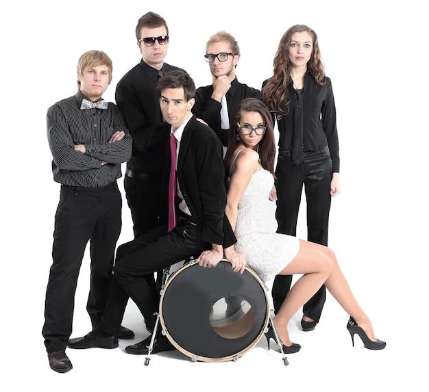 Portrait d'un groupe de jeunes effectuant du rock-n-roll.isolated sur mur blanc