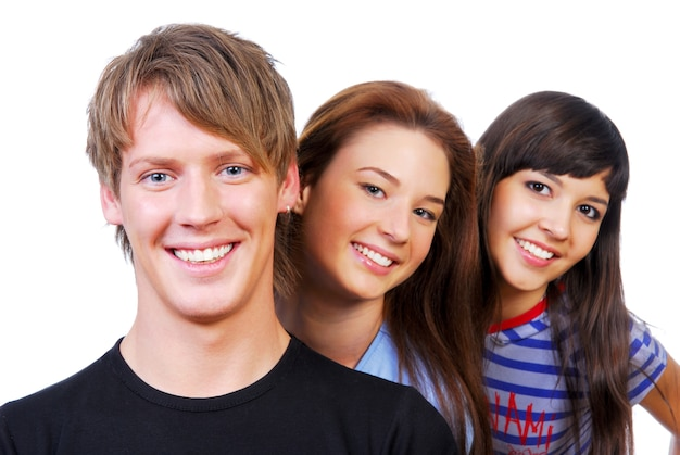 Portrait de groupe des jeunes gens de bonheur sur blanc