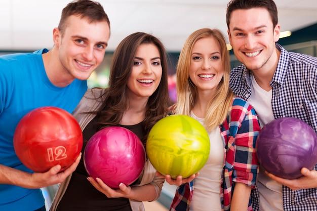 Portrait de groupe de personnes au bowling