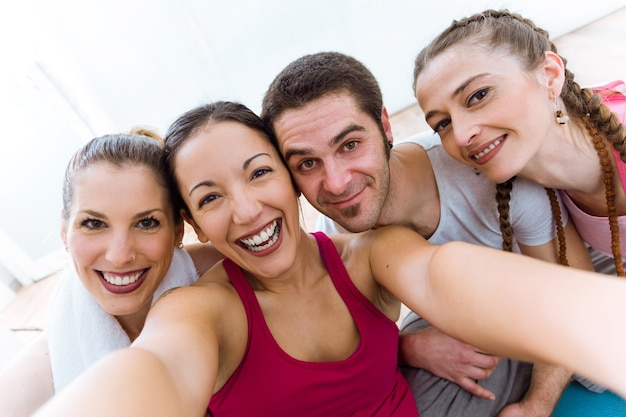 Portrait d'un groupe de personnes prenant un selfie après une séance de yoga.