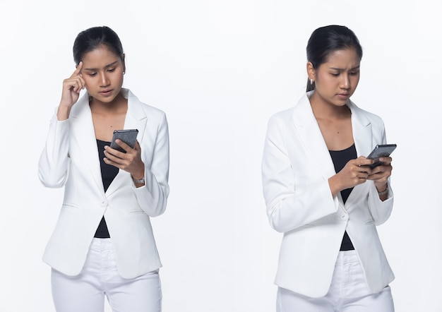Portrait half body snap figure, asian business woman stand in white pantalon de costume formel, éclairage de studio sur fond blanc isolé, avocat boss utilisant un téléphone intelligent de mauvaises nouvelles et stressant un problème grave