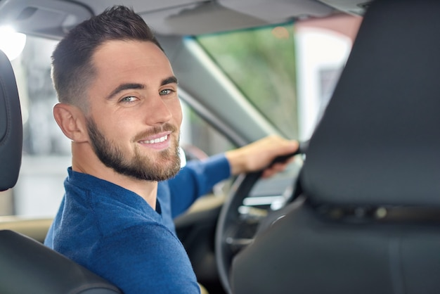 Portrait de hansome brunette man avec barbe regardant en arrière.