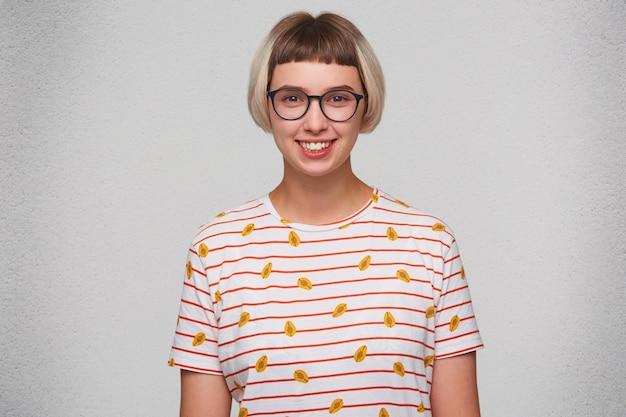 Portrait de l'heureuse belle jeune femme porte un t-shirt rayé