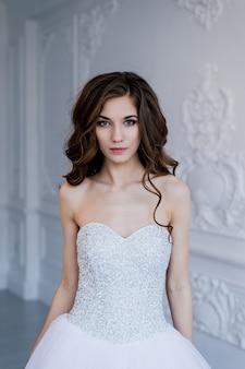 Portrait de l'heureuse belle mariée sur fond clair de luxe