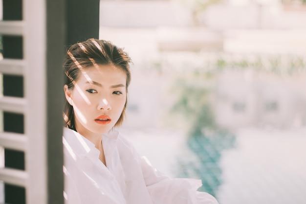 Portrait d'heureuse charmante femme asiatique au café.