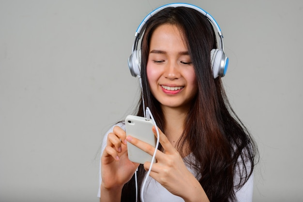 Portrait de l'heureuse jeune belle femme asiatique