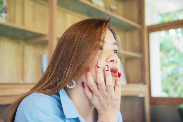 Portrait heureuse jeune femme asiatique dans un café