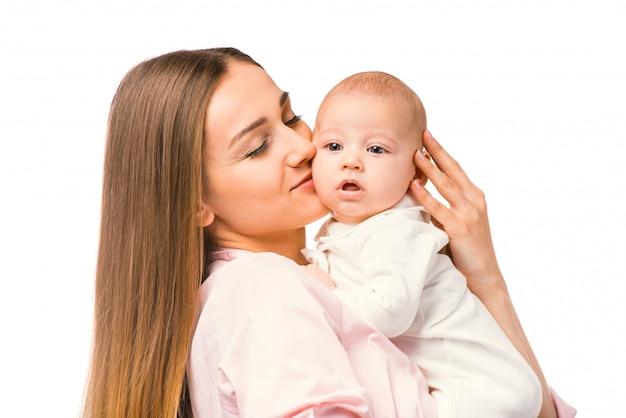 Portrait de l'heureuse mère et son bébé à la maison.