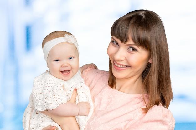 Portrait de l'heureuse mère tenant sa petite fille