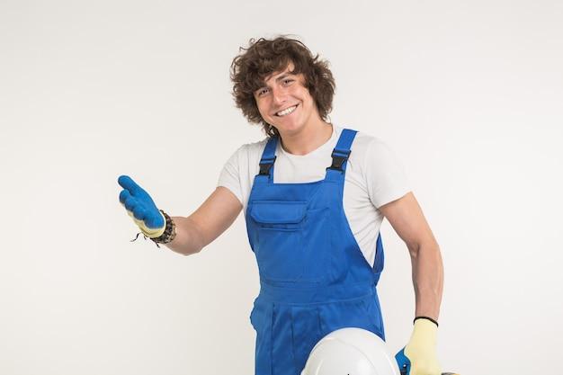 Portrait d'heureux beau constructeur masculin