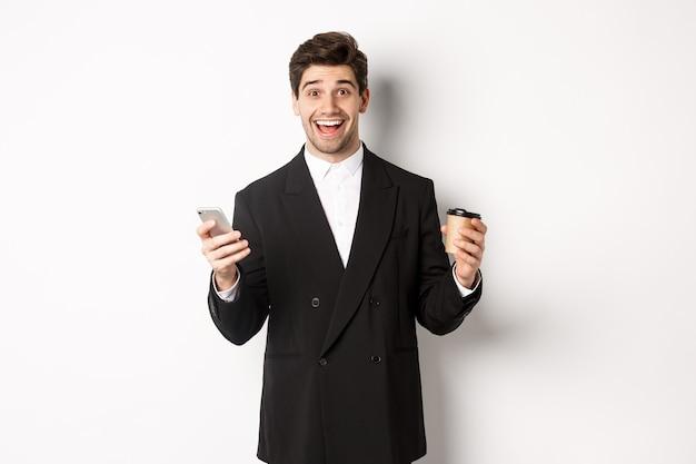 Portrait d'heureux beau homme en costume