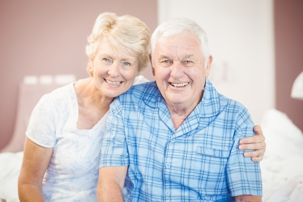 Portrait de l'heureux couple de personnes âgées