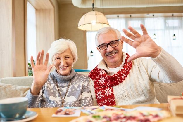 Portrait, de, heureux, couples aînés, dans, café