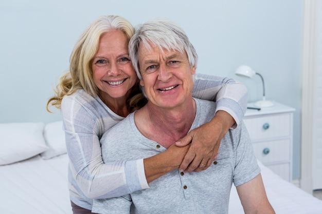 Portrait, de, heureux, couples aînés, étreindre, dans, chambre à coucher