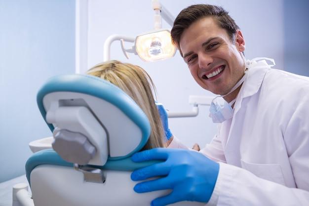 Portrait, de, heureux, dentiste, examiner femme