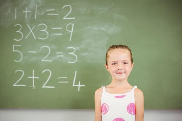 Portrait, de, heureux, écolière, sourire, dans, classe