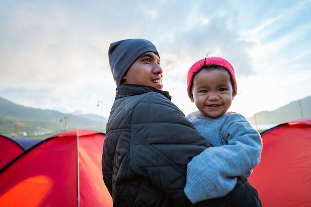 Portrait d'heureux de la famille du camping avec de belles vues sur la colline