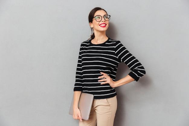 Portrait, heureux, femme affaires, lunettes
