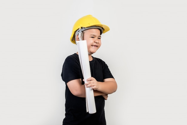 Portrait, heureux, garçon, porter, chapeau ingénieur