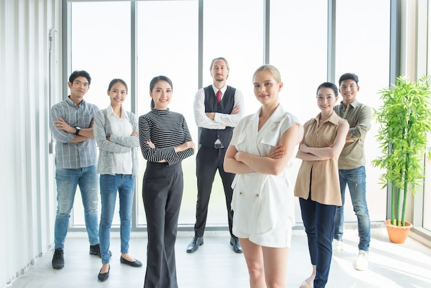 Portrait d'heureux groupe réussi de gens d'affaires