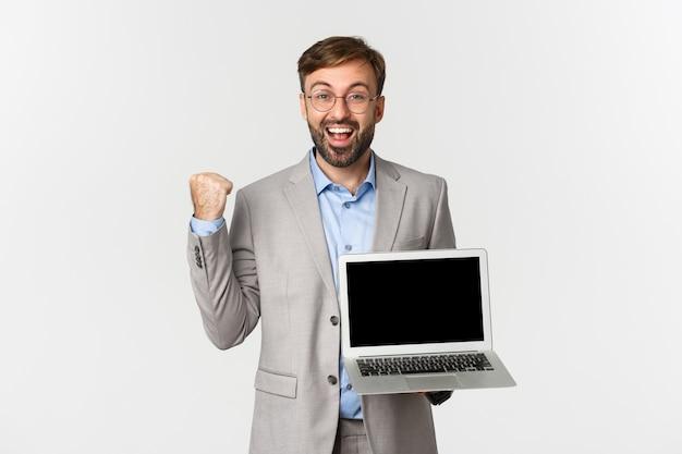 Portrait d'heureux homme d'affaires barbu et lunettes, montrant son accomplissement