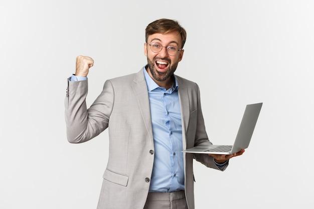 Portrait d'heureux homme d'affaires en costume et lunettes