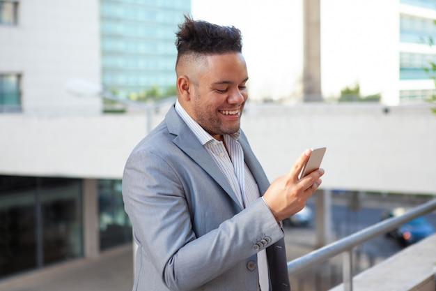 Portrait, heureux, homme affaires, lecture, message, rire
