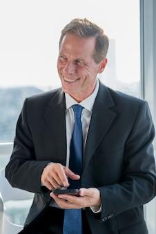 Portrait, de, a, heureux homme affaires, tenue, téléphone mobile