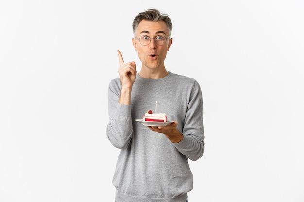 Portrait d'heureux homme d'âge moyen, célébrant l'anniversaire