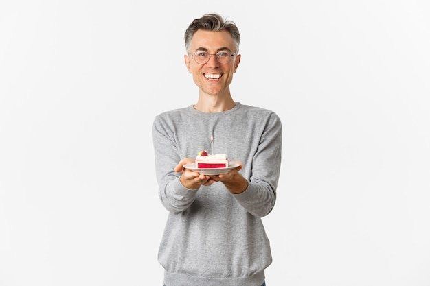 Portrait d'heureux homme d'âge moyen félicitant et souhaitant joyeux anniversaire