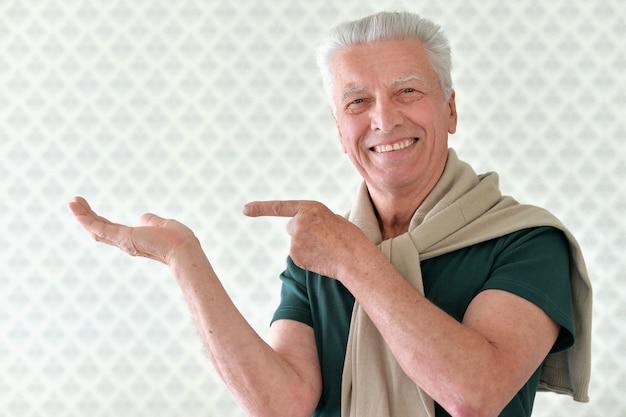 Portrait, de, heureux, homme aîné, dans, chemise, pointage