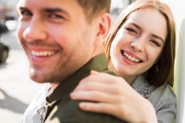 Portrait, heureux, jeune, aimer, couple, rue