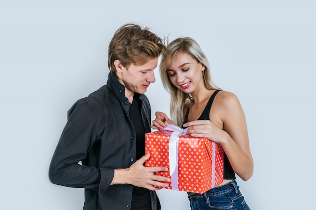 Portrait, heureux, jeune couple, aimer, ensemble, surprise, à, boîte-cadeau