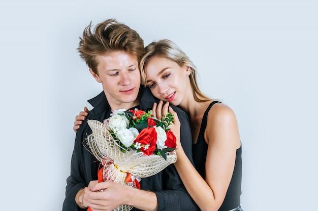 Portrait, heureux, jeune couple, amour, à, fleur