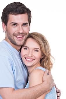 Portrait, de, heureux, jeune couple, dans, étreinte, debout