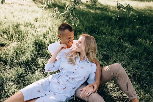 Portrait de l'heureux jeune couple se regardant et souriant en plein air