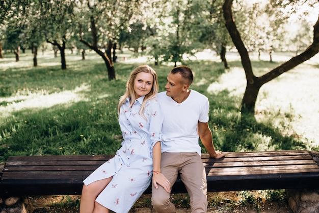Portrait heureux jeune couple souriant amoureux sur jardin de printemps en fleurs