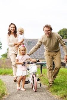 Portrait, heureux, jeune, famille, quatre, petit, vélo, marche, parc
