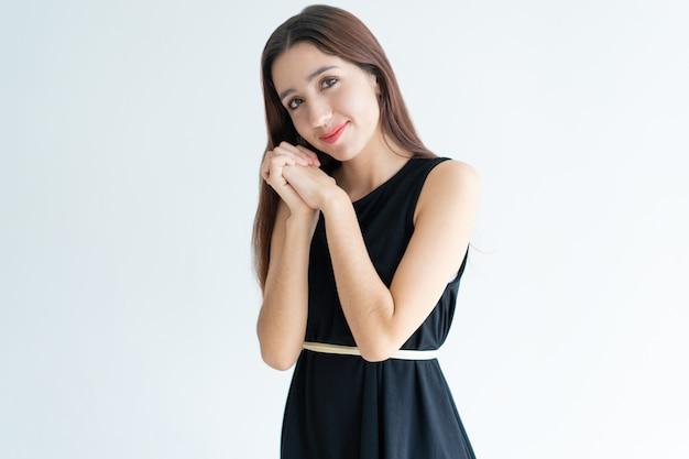 Portrait, de, heureux, jeune femme, tenant mains, et, sourire