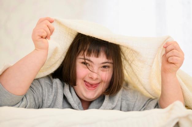 Portrait, de, heureux, jeune fille, rire