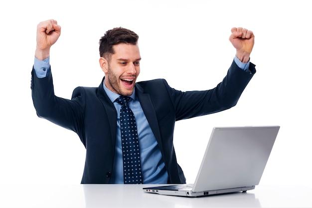 Portrait d'heureux jeune homme d'affaires