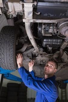 Portrait, heureux, jeune, mâle, mécanicien, travail, voiture